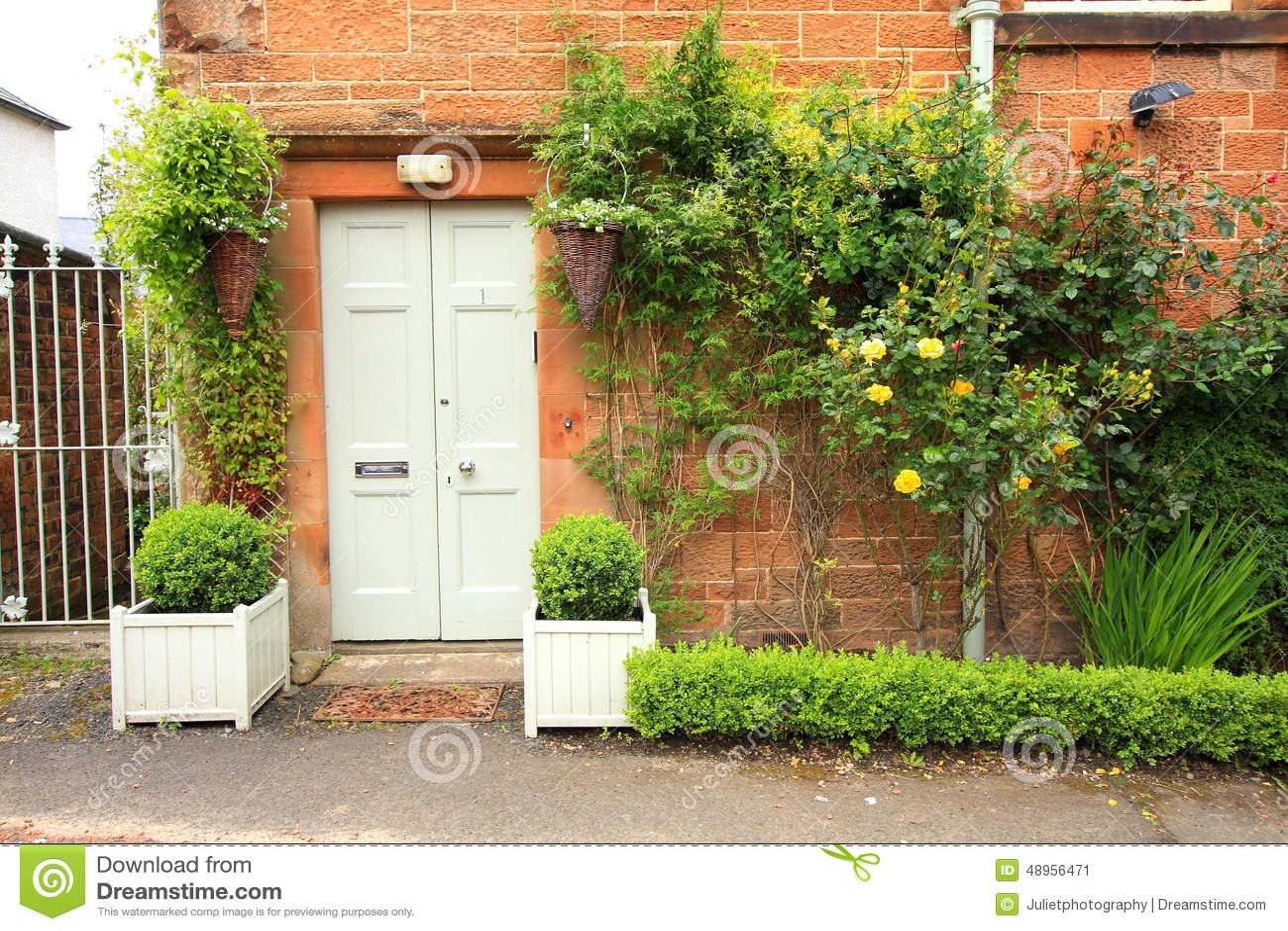 Mooie bloemendecoratie voor het huis stock foto afbeelding 48956471 - Mooie huis foto ...