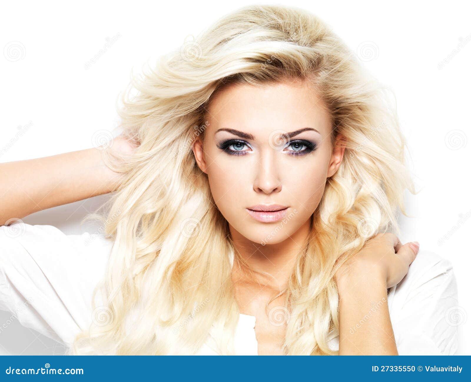 Mooie blonde vrouw met lang haar