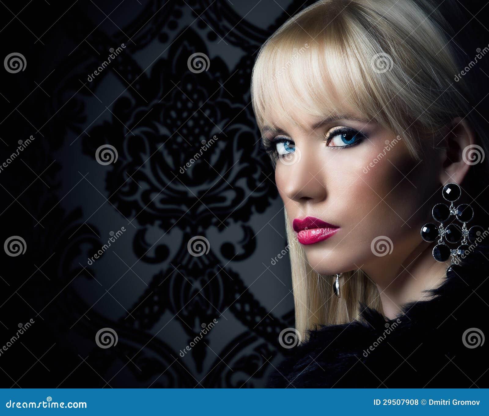 Mooie blondevrouw in luxebontjas