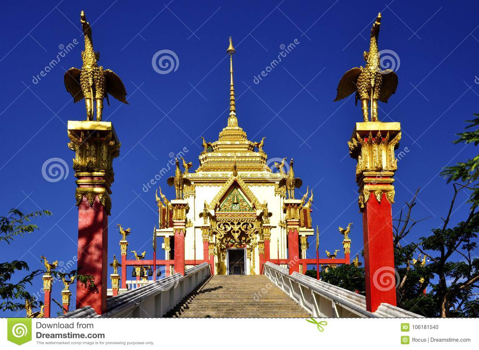 Mooie Boeddhistische architectuur die in blauwe hemel stijgen