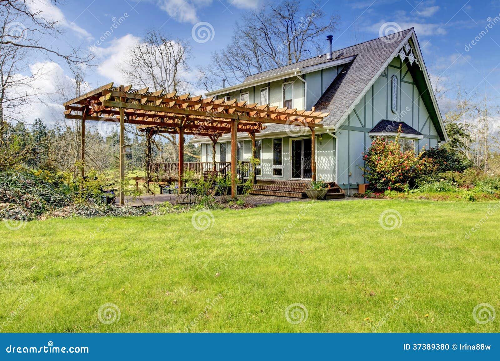 Mooie boerderij met pergola in bijlage de vroege lente stock foto