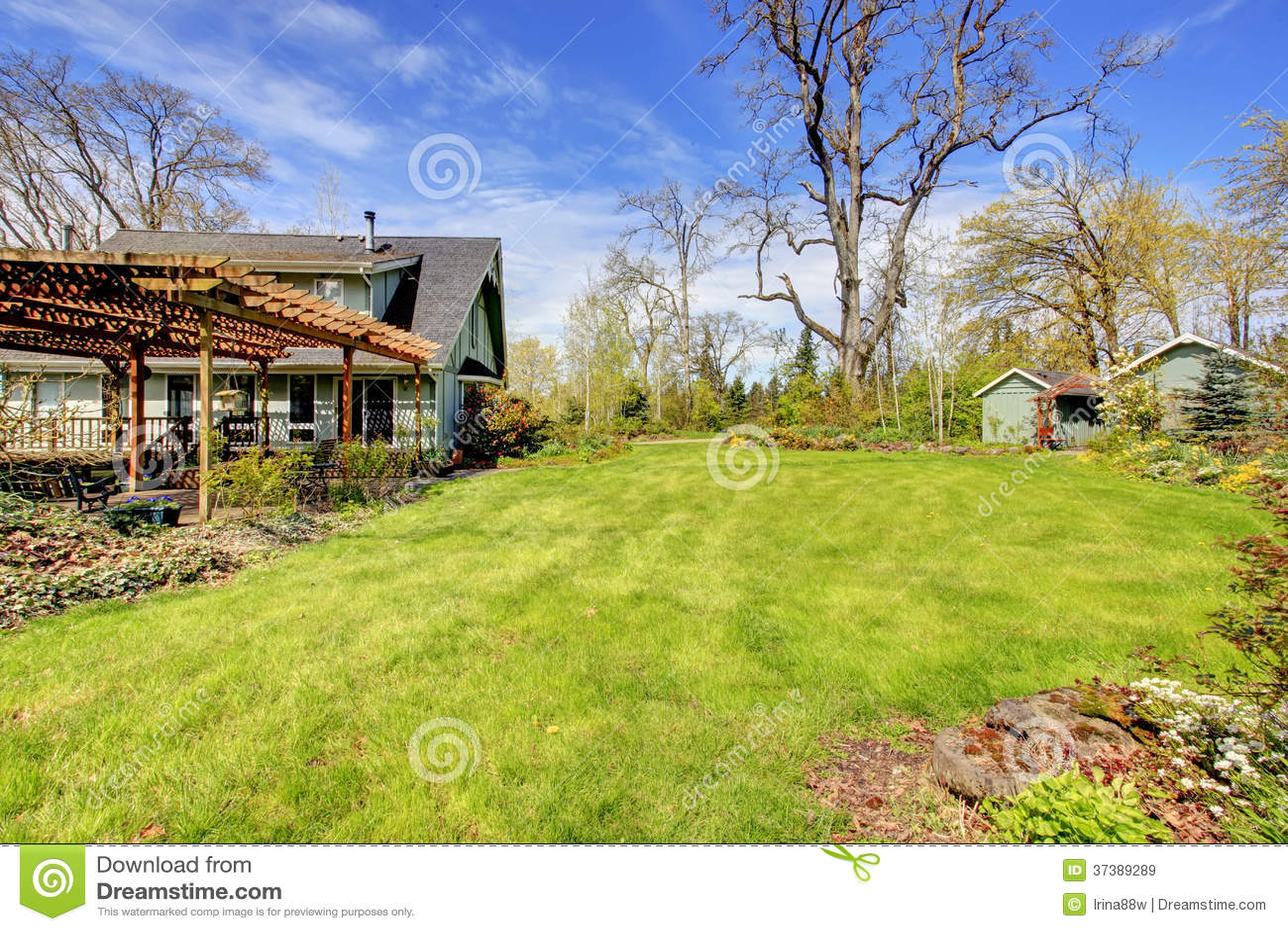 Mooie boerderij met pergola in bijlage en houten loodsen stock