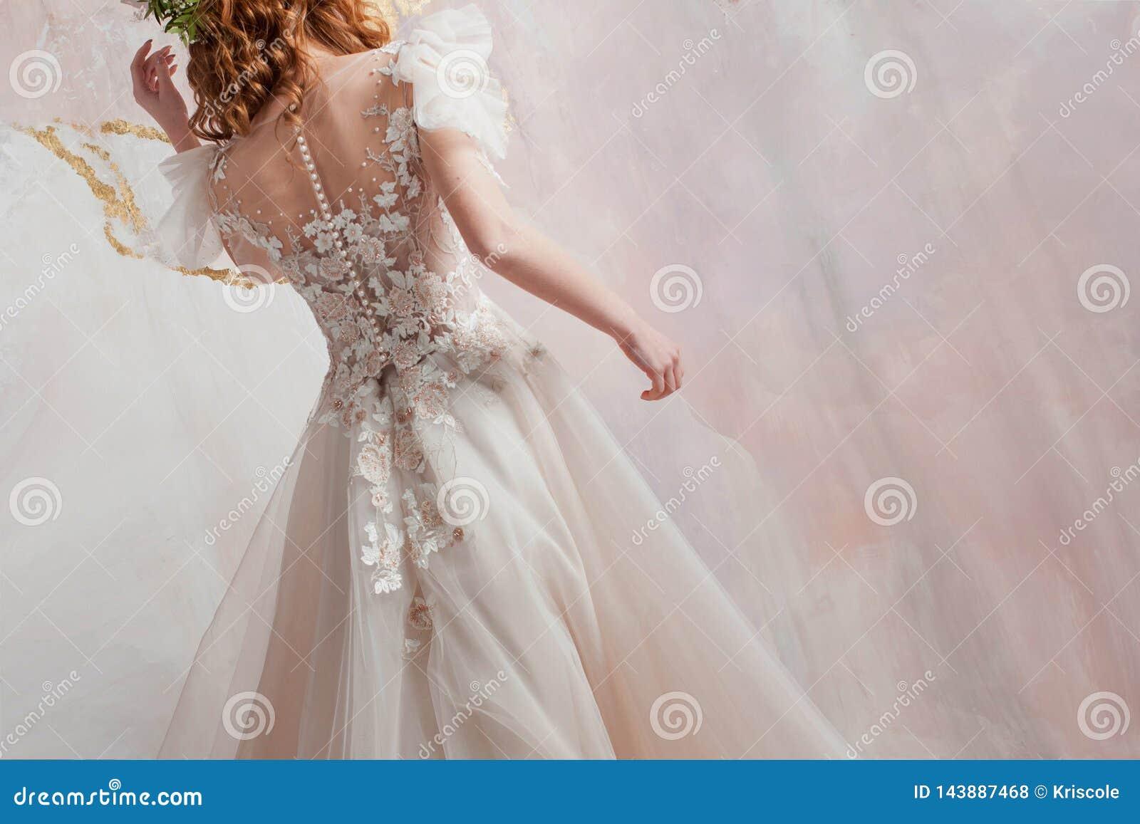 Mooie bruid, achtermening van meisjes in elegante huwelijkskleding