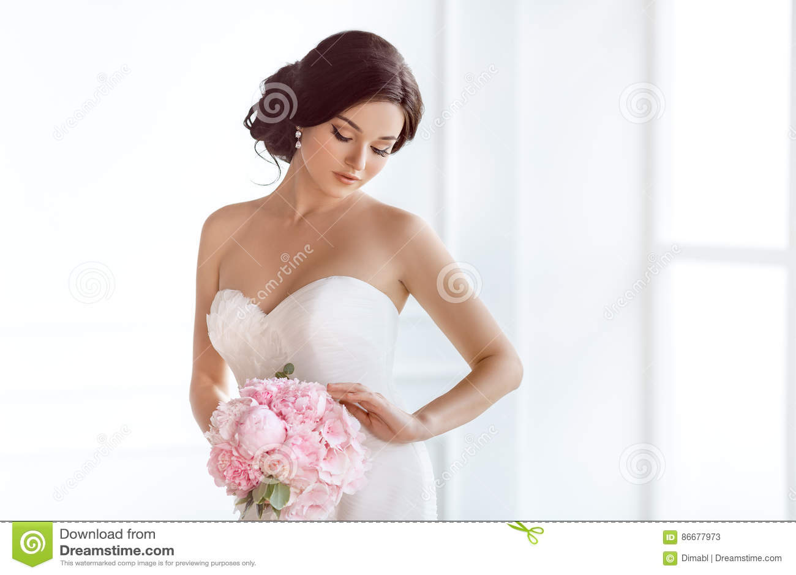 Mooie Bruid Van de de samenstellingsluxe van het huwelijkskapsel de manierkleding en boeket van bloemen