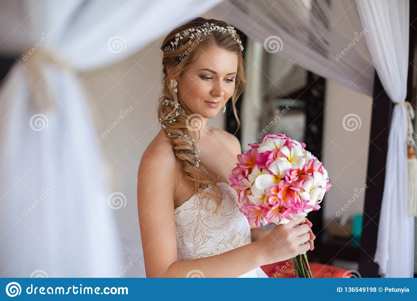 Mooie bruidglimlach en het kijken zo voelend geluk in huwelijksdag