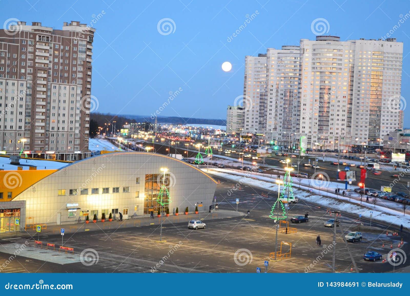 Mooie cityscape met stedelijk de stad in van Minsk, Wit-Rusland Stedelijke landschapsweg De hemel van de nacht