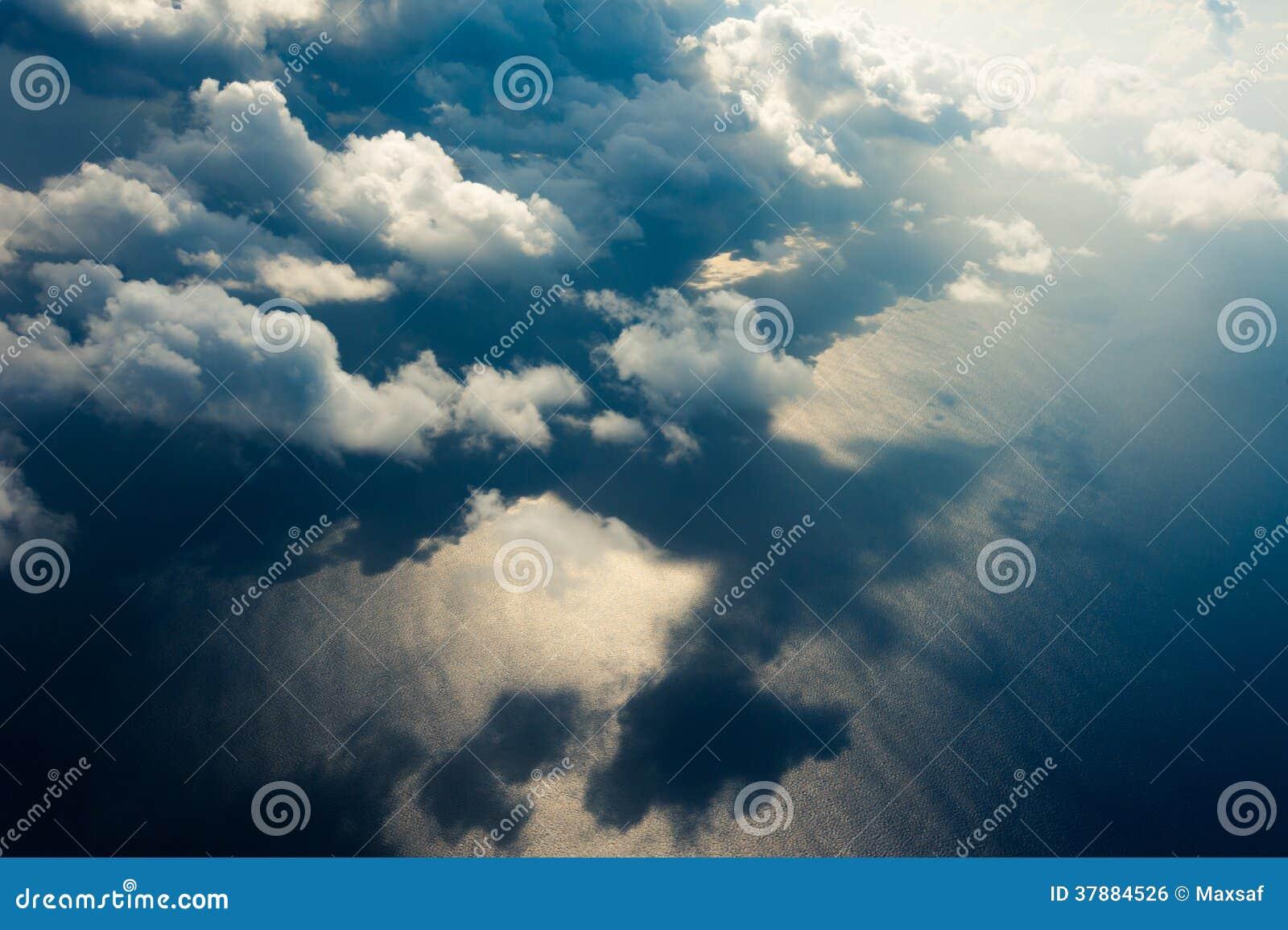 Mooie cloudscape met blauw oceaanwater als achtergrond
