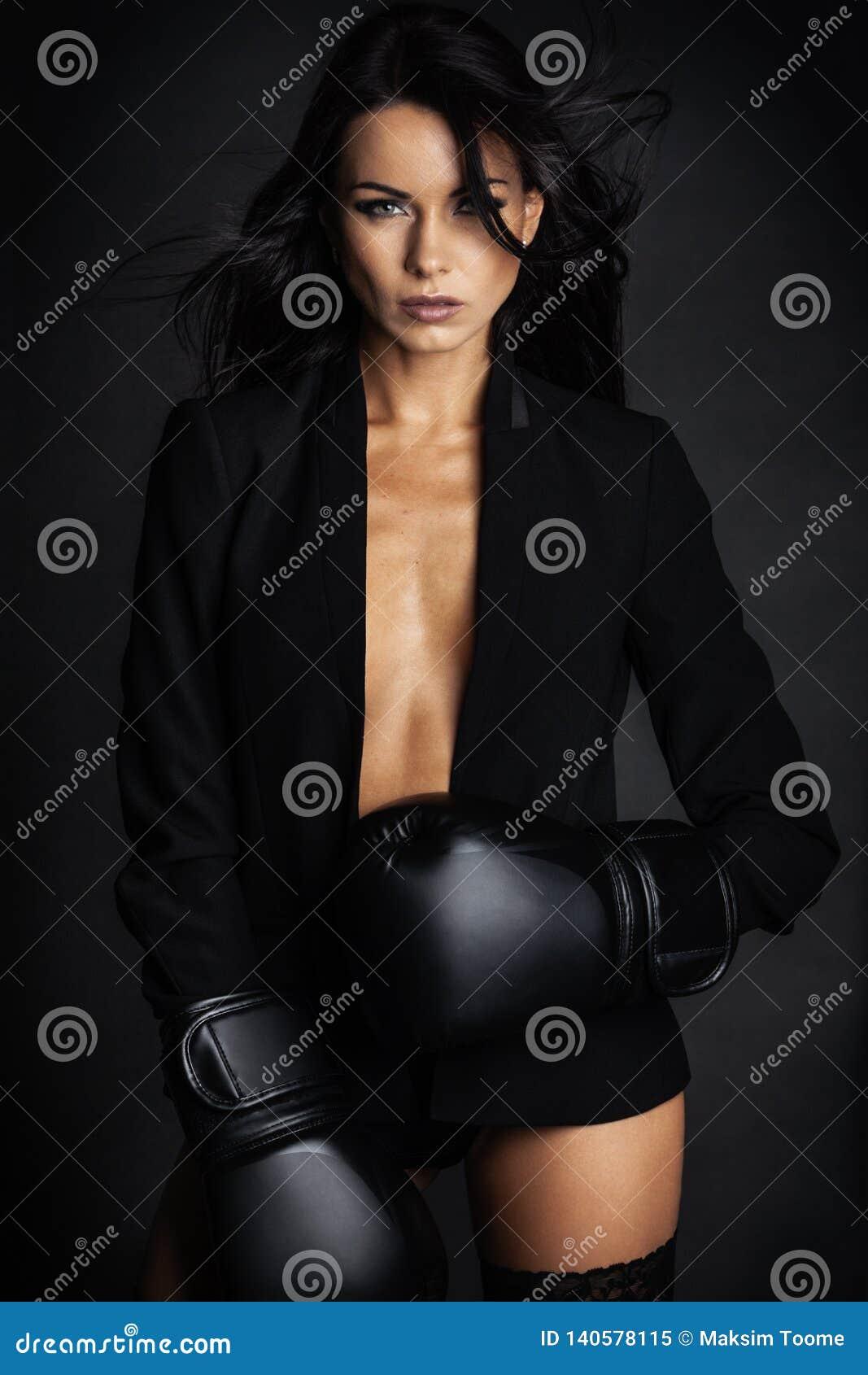 Mooie dame in bokserhandschoenen die in lingerie stellen