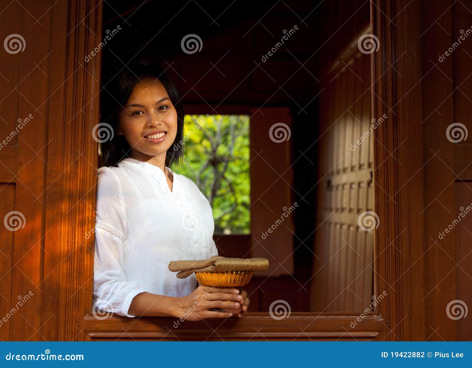 Mooie dame leaning out thai teak huis stock foto afbeelding 19422882 - Mooie huis foto ...