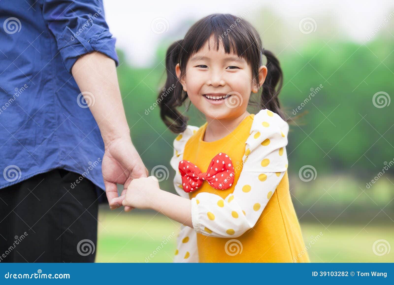 Mooie de vaderhand van de meisjesgreep