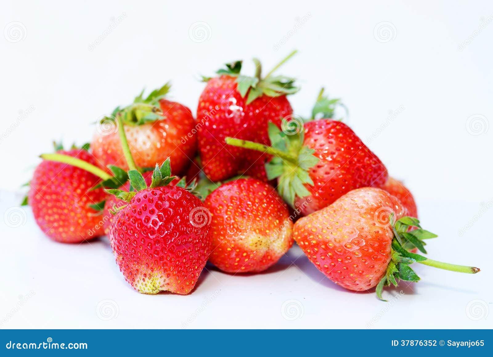 Mooie die aardbeien op wit worden geïsoleerd