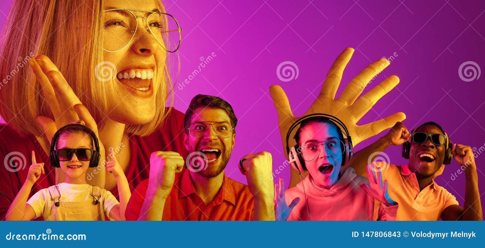 Mooie die jongeren in neonlicht op roze studioachtergrond wordt ge?soleerd
