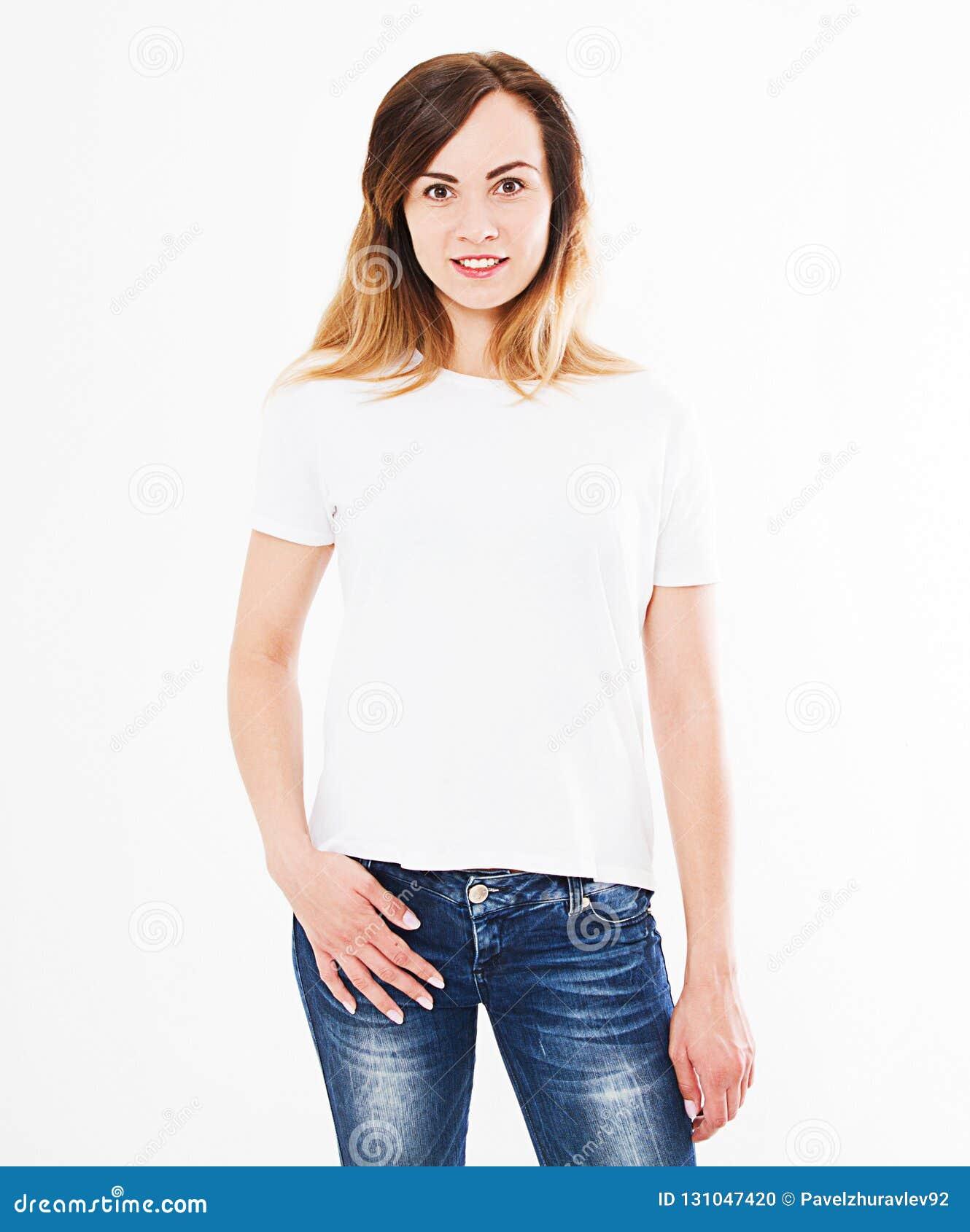 Mooie die vrouw in t-shirt op witte achtergrond wordt geïsoleerd Spot omhoog voor ontwerp De ruimte van het exemplaar malplaatje