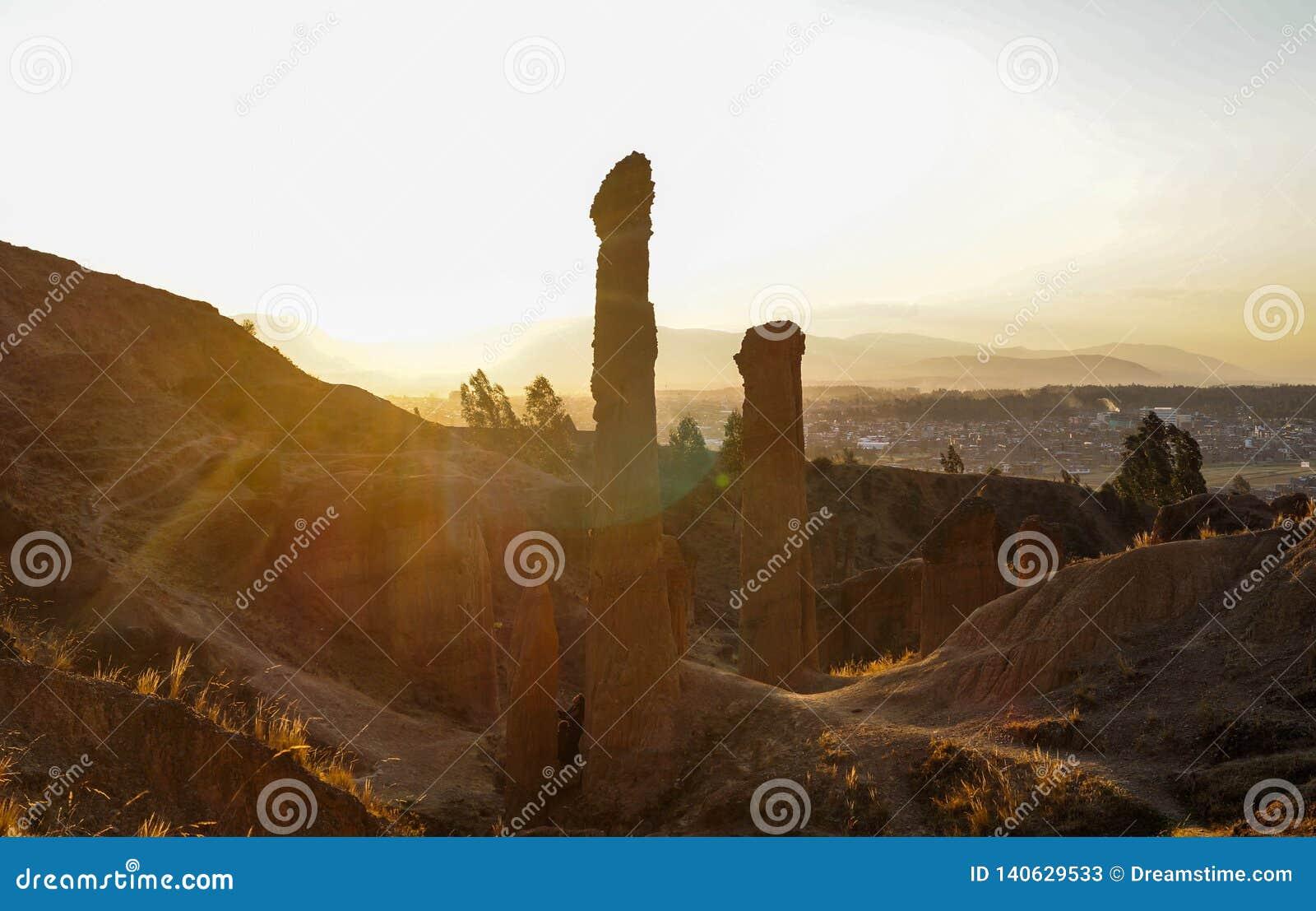 Mooie die zonsondergang, van Torre Torre, cityscape wordt gezien van de stad van Huancayo Junin, Peru