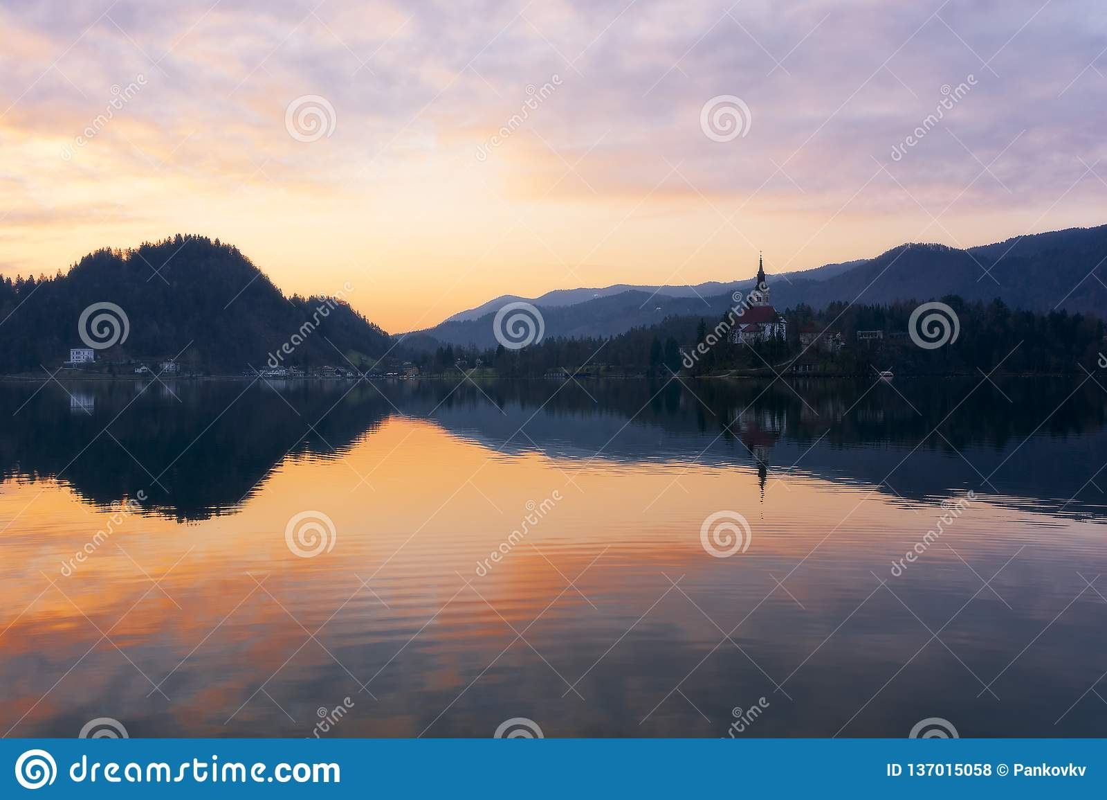 Mooie die zonsopgang en kerk op Meer in Slovenië bij de lente wordt afgetapt
