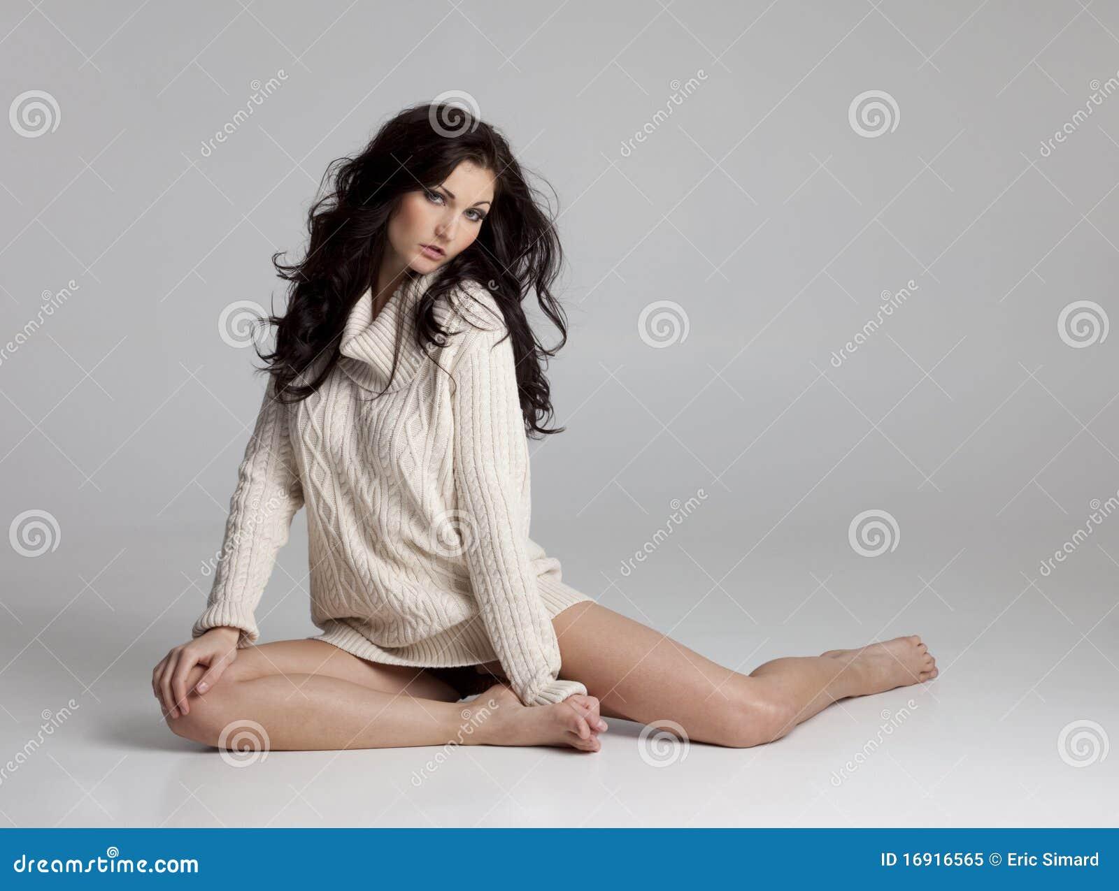 Mooie Donkerbruine Vrouw in slechts Sweater