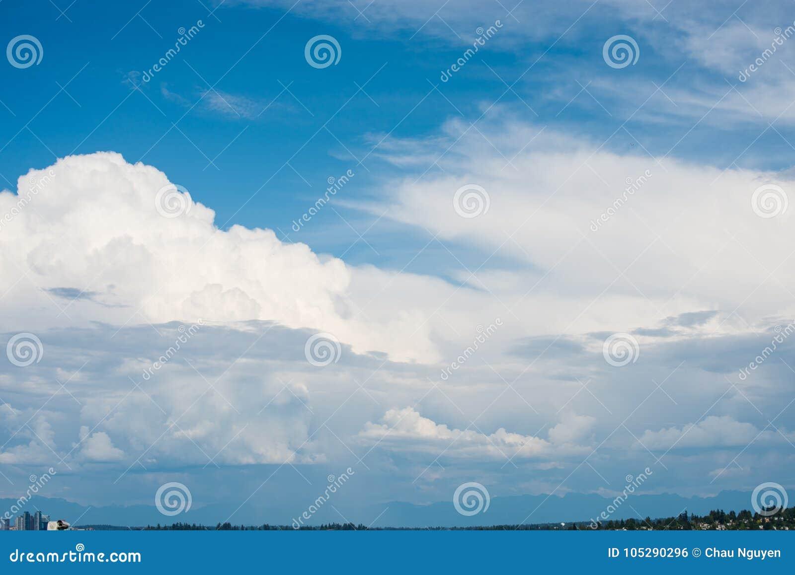 Mooie duidelijke blauwe hemel met lagen witte wolken die langs vliegen