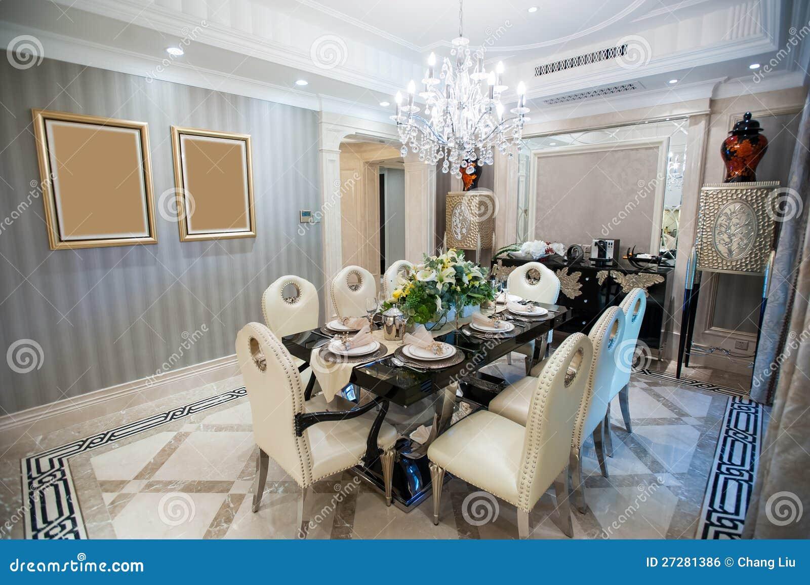 Mooie eetkamer met kroonluchter in een herenhuis stock foto