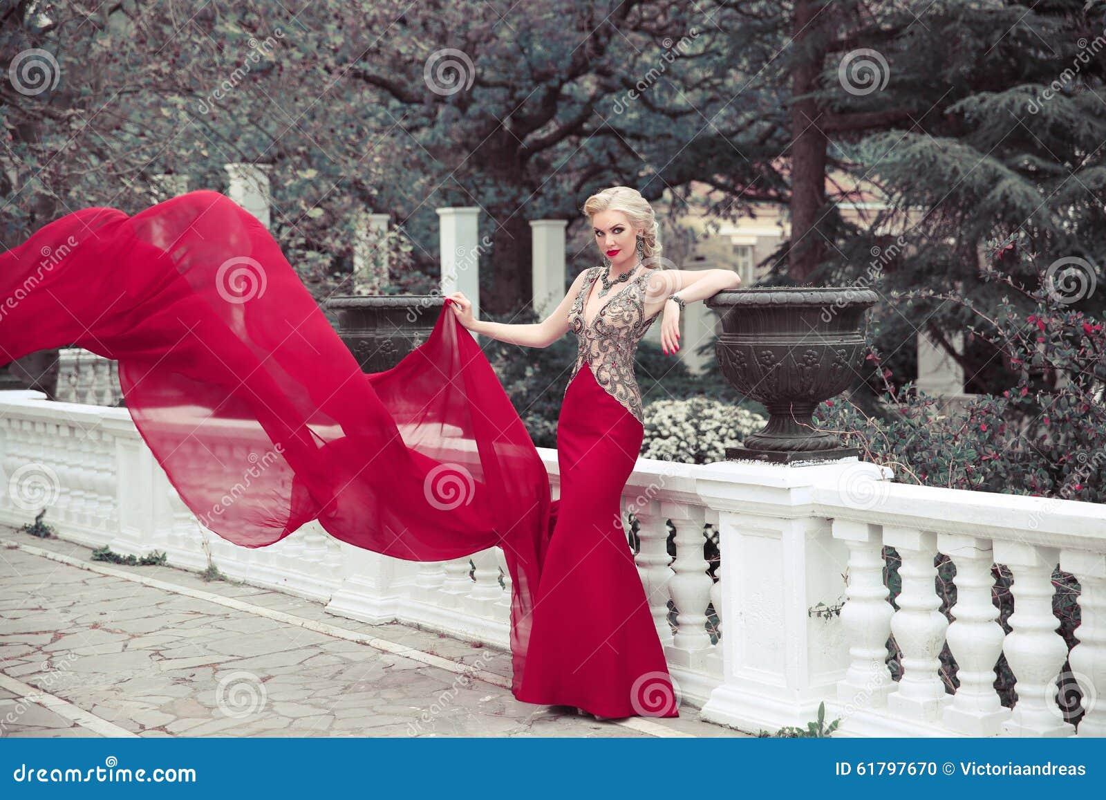 Mooie elegante vrouw die in lange meermin het fladderen fashi dragen
