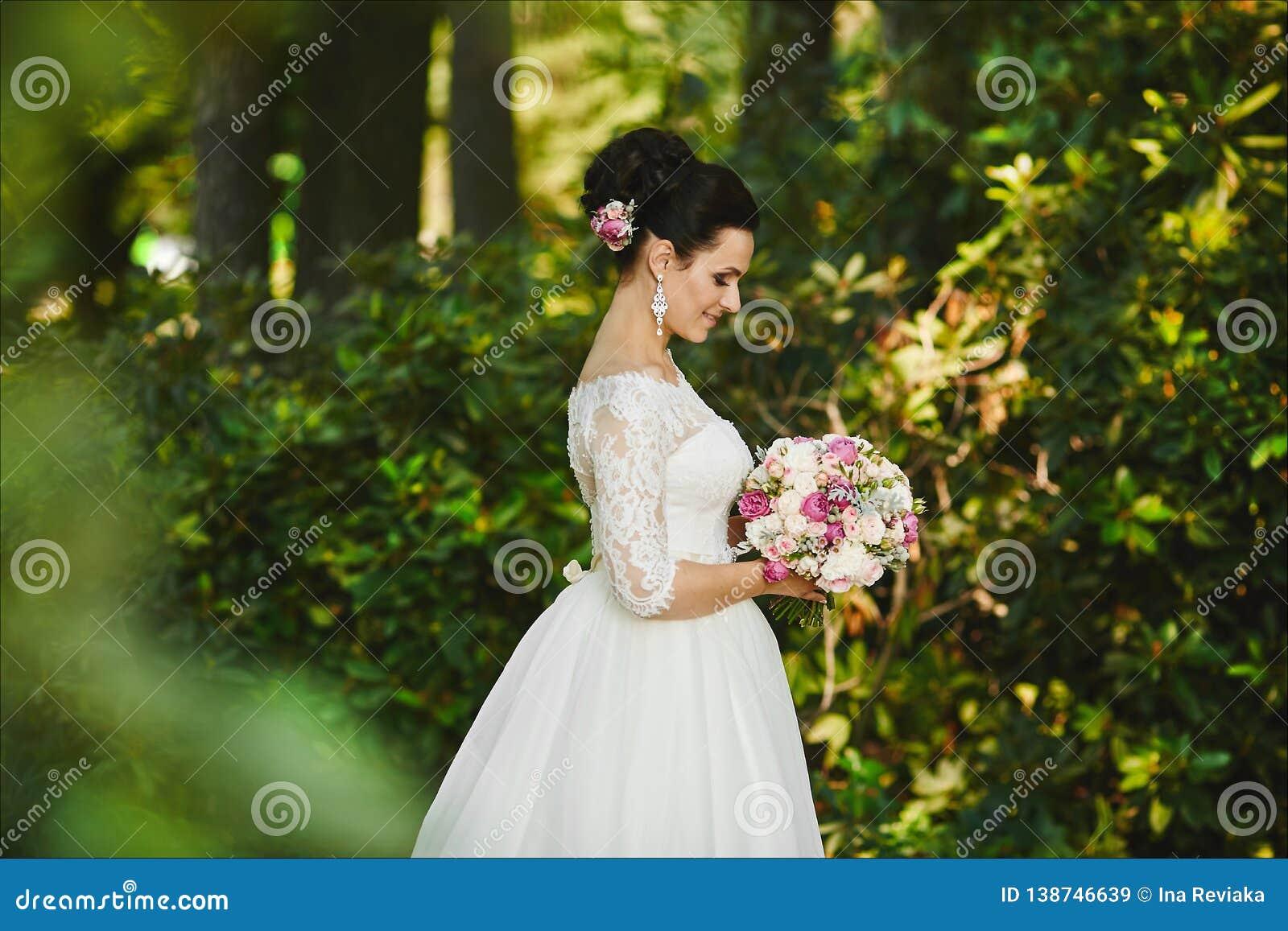 Zacht Portret Van Een Mooie Leuke Gelukkige Bruid Met Een