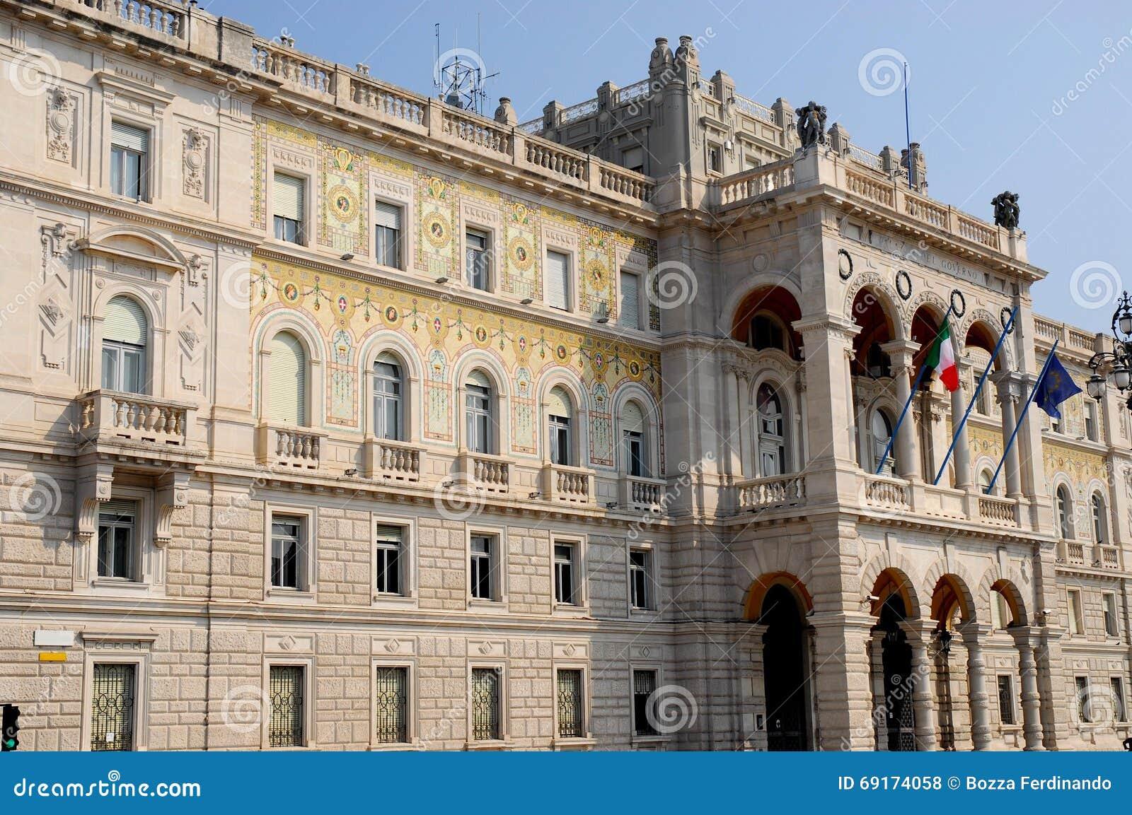 Mooie en geschilderde voorgevel van de Prefectuur van Triëst in Friuli Venezia Giulia (Italië)