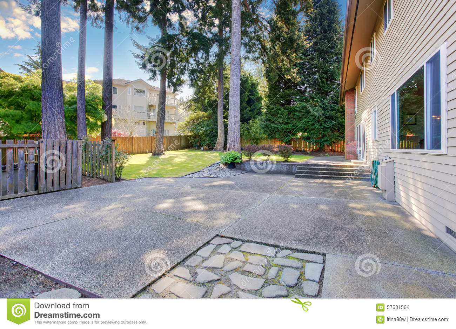 Mooie en grote achtertuin van huis met terras stock foto
