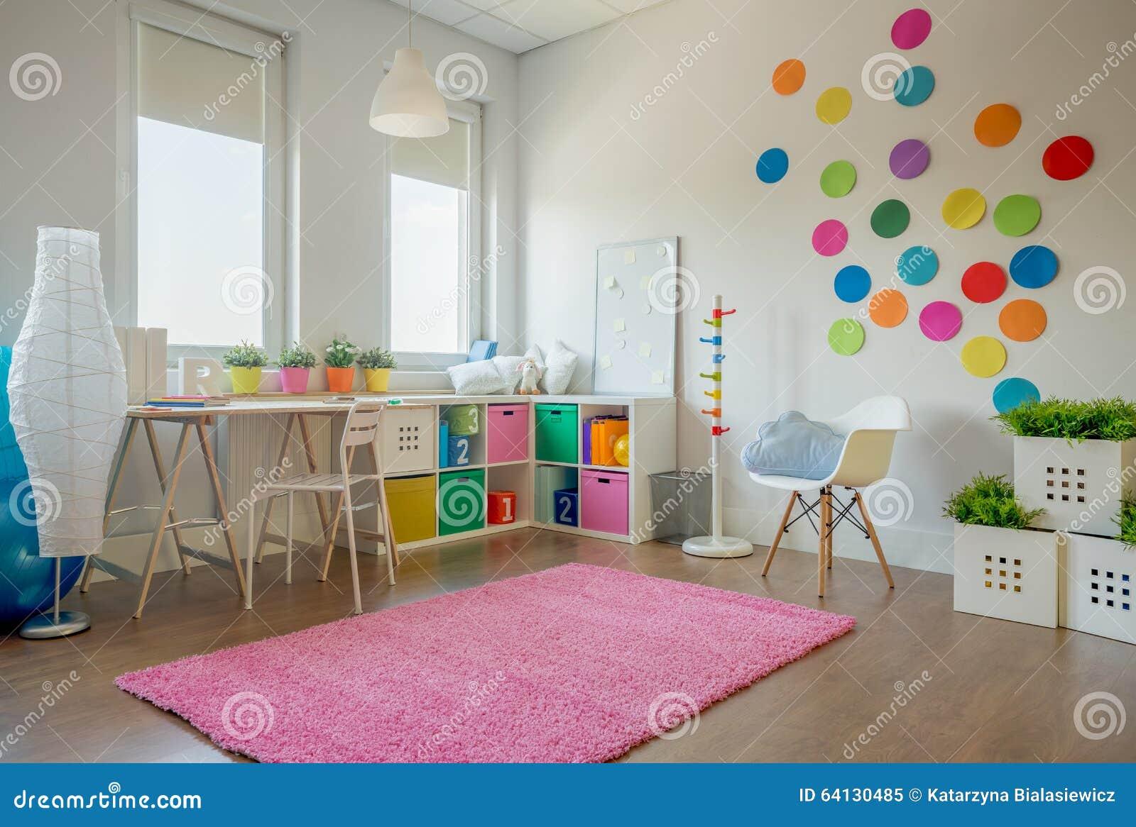 Mooie en kleurrijke slaapkamer voor een meisje stock afbeelding