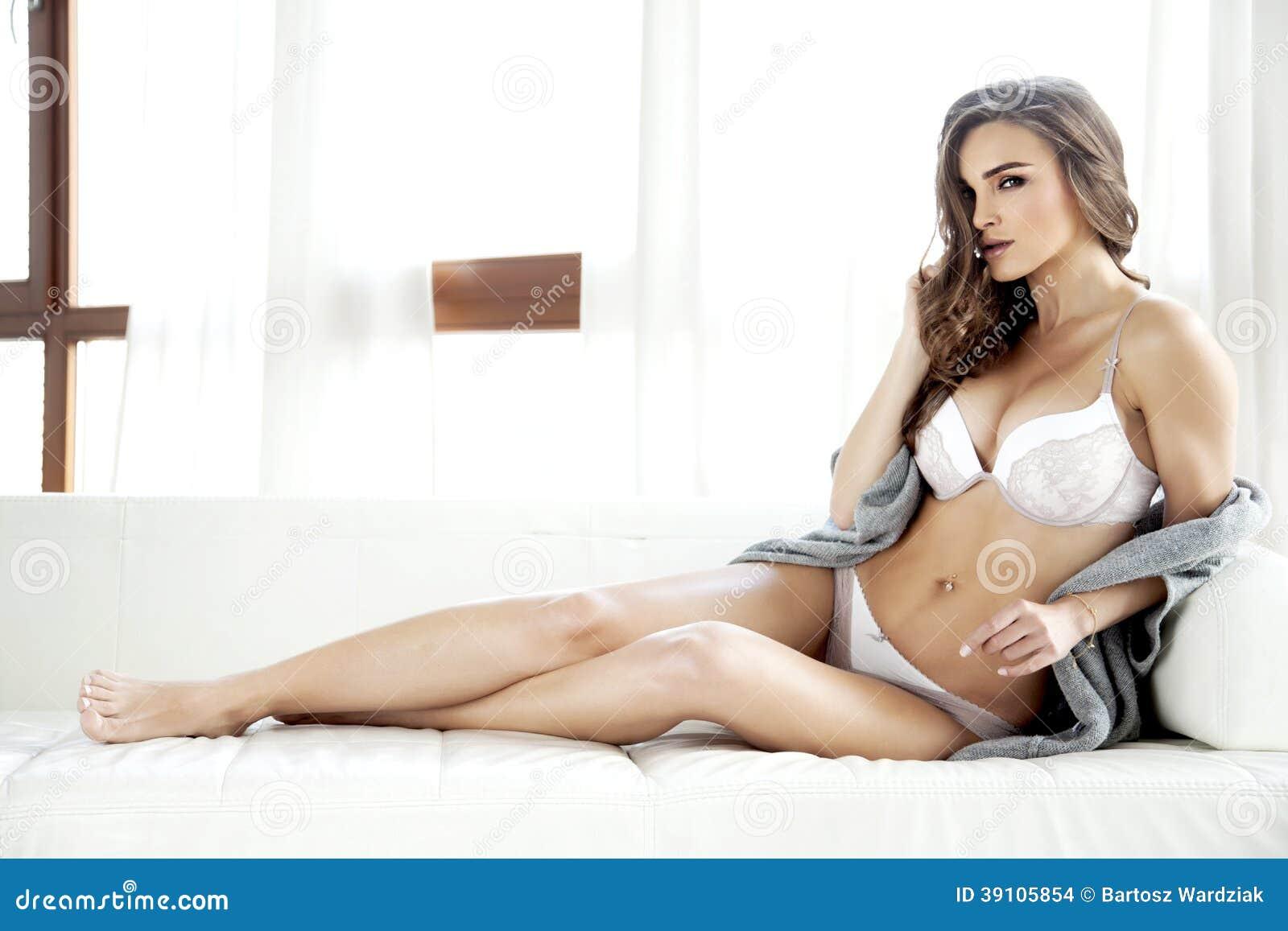 Mooie en sexy vrouw in lingerie en sweater