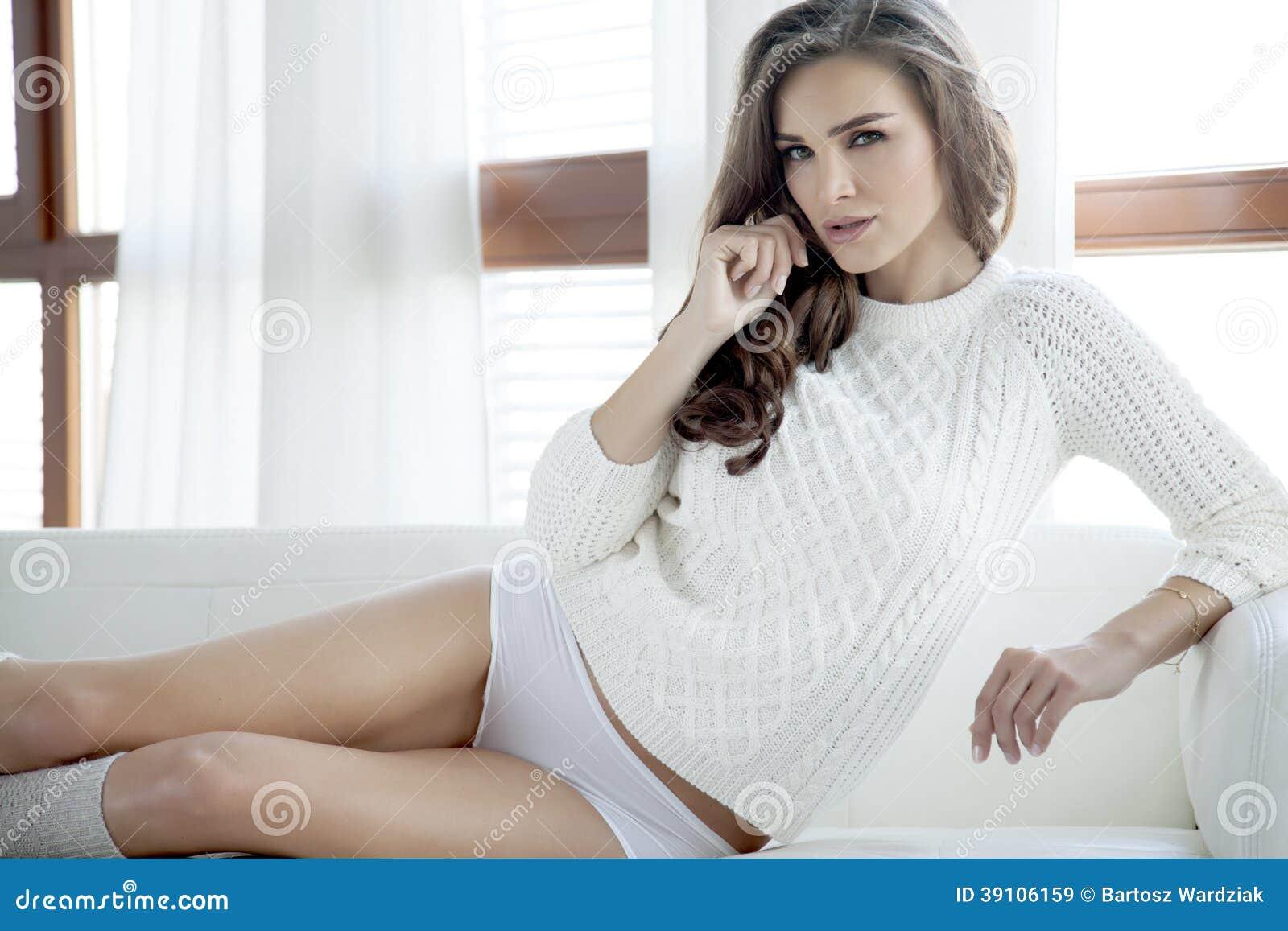 Mooie en sexy vrouw in sweater