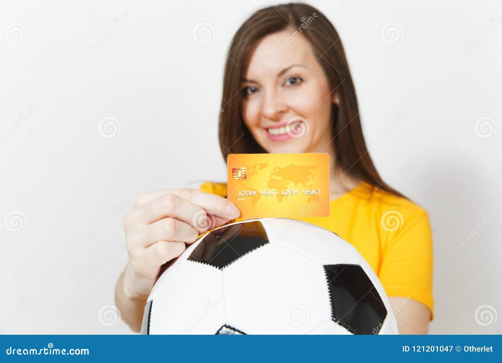 Mooie Europese jongeren, voetbalventilator of speler op witte achtergrond Sport, spel, gezondheid, gezond levensstijlconcept