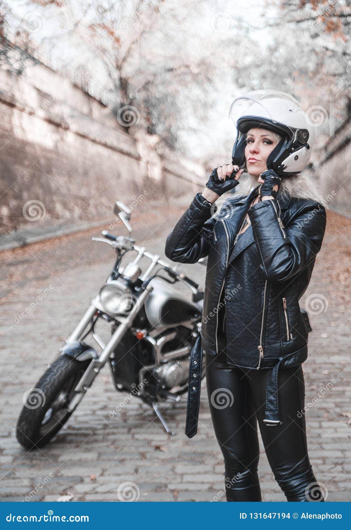 Mooie fietservrouw openlucht met motorfiets