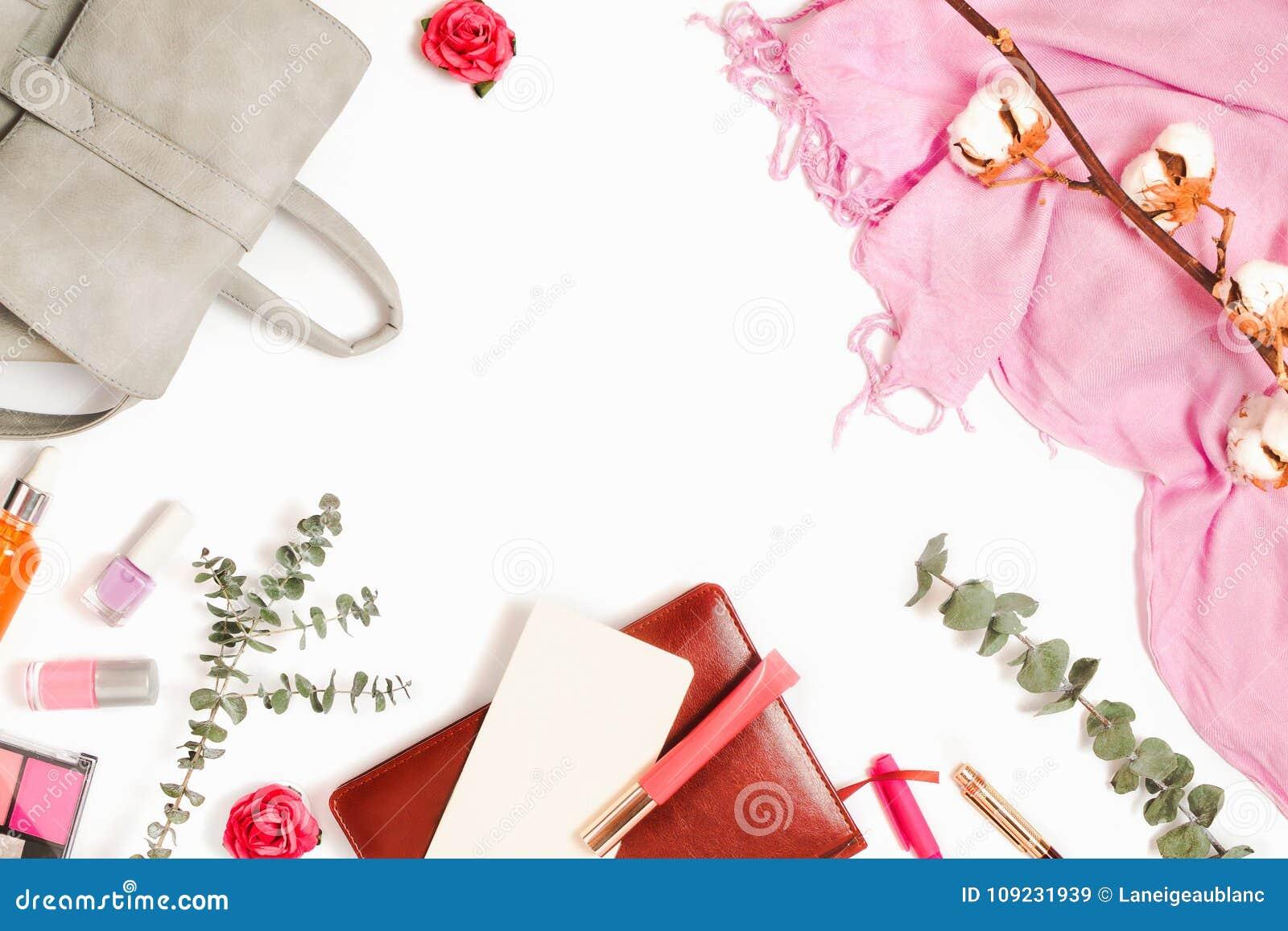 Mooie flatlay kaderregeling met rugzak, schoonheidsmiddelen, ontwerper en andere zaken en manier vrouwelijke toebehoren