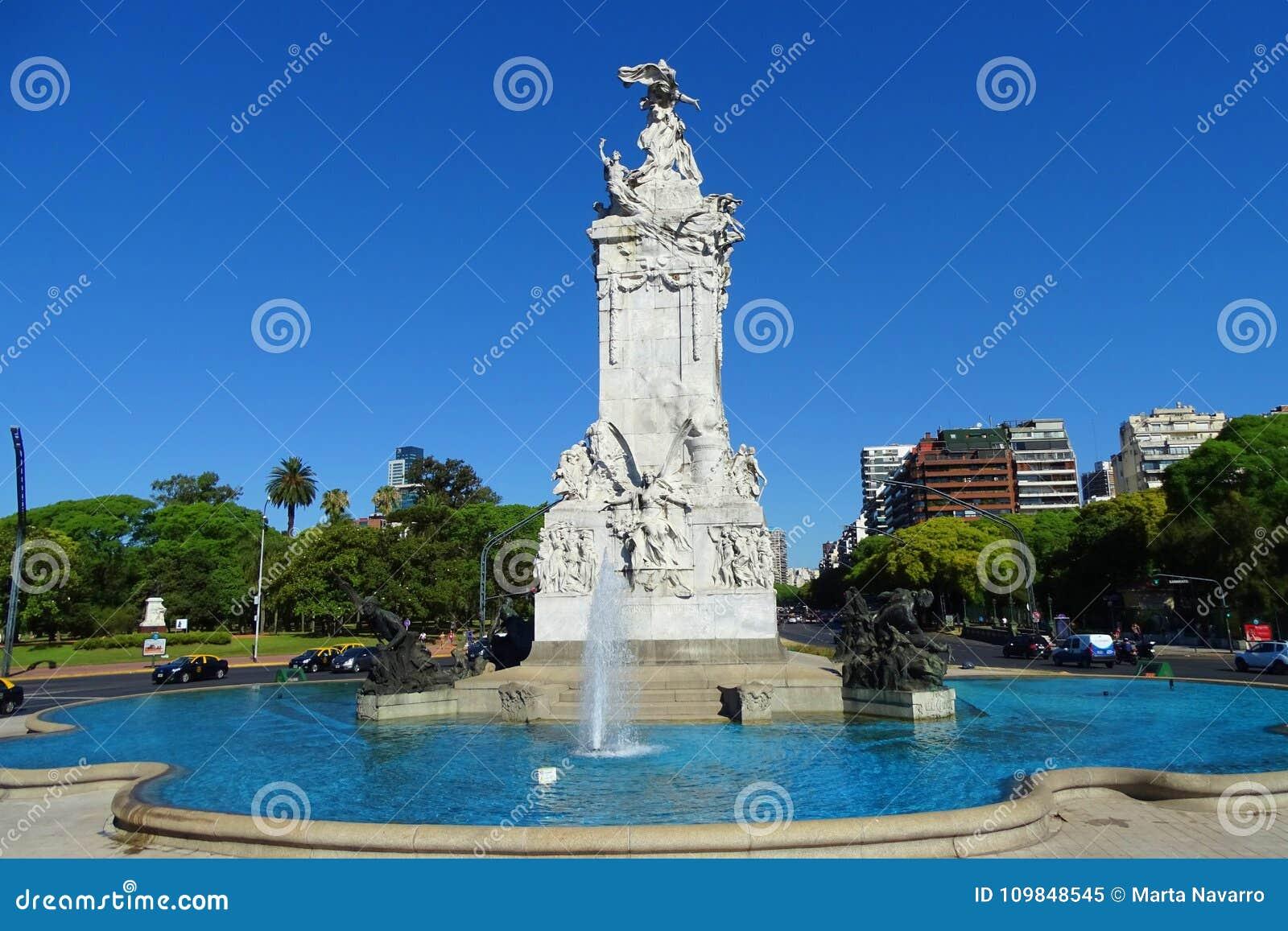 Mooie fontein met blauwe hemel, straatmening van Buenos aires, Argentinië