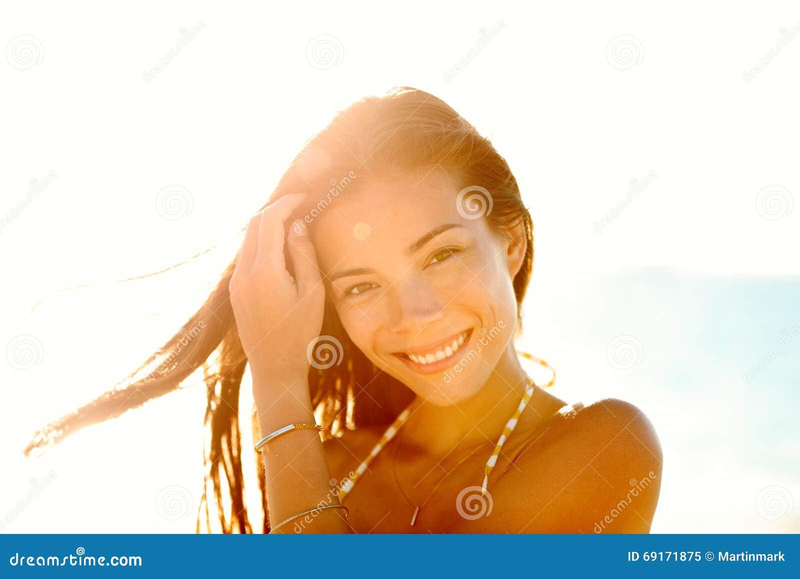 Mooie gelukkige Aziatische Chinese vrouw in zonsondergang