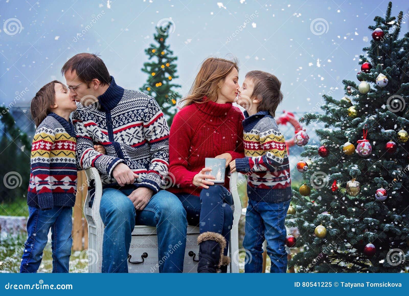 Mooie gelukkige familie van vier, hebbend pret in openlucht in de sneeuw