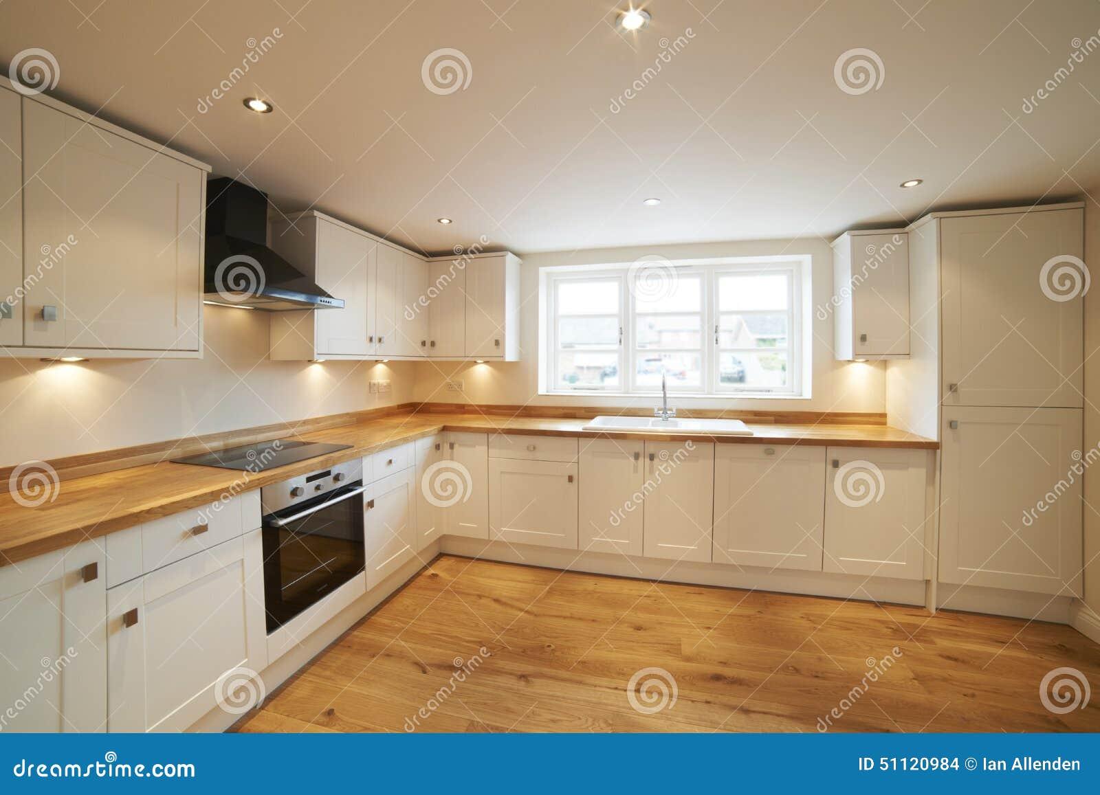 Mooie gepaste keuken in modern huis met houten vloer stock foto ...
