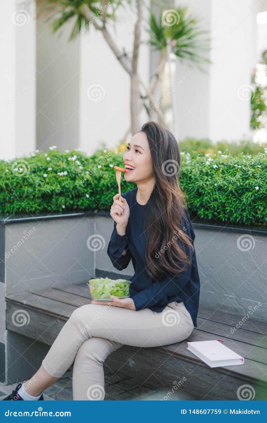 Mooie gezonde vrouw die salade, het Op dieet zijn Concept eten Gezonde Levensstijl