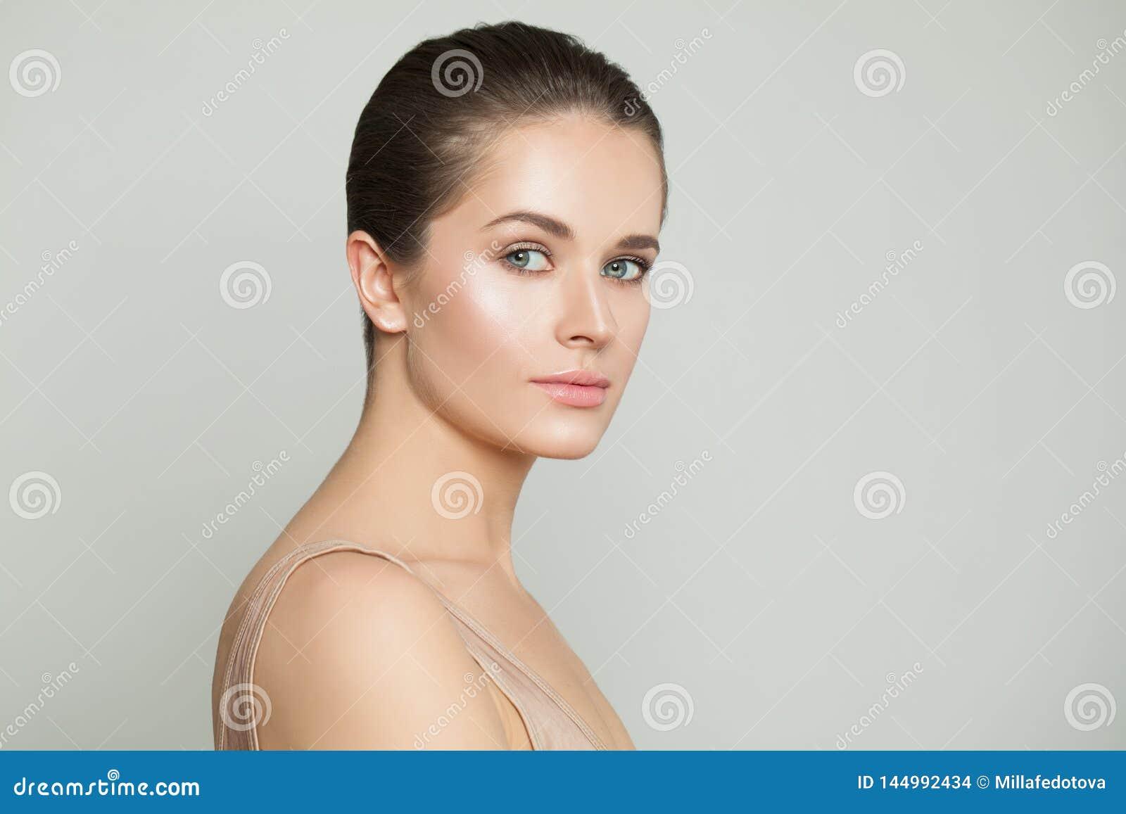 Mooie gezonde vrouw met duidelijke huid Natuurlijke schoonheid, skincare en gezichtsbehandeling