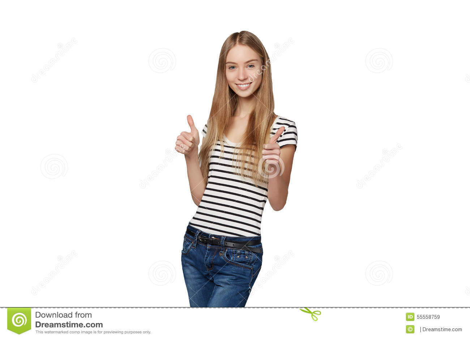 Mooie glimlachende vrouw die zich in volledige lengte over witte backg bevinden