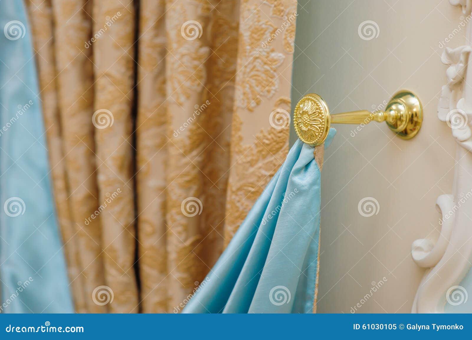 Mooie Slaapkamer Gordijnen : Mooie gordijnen in de slaapkamer en een gouden houder stock