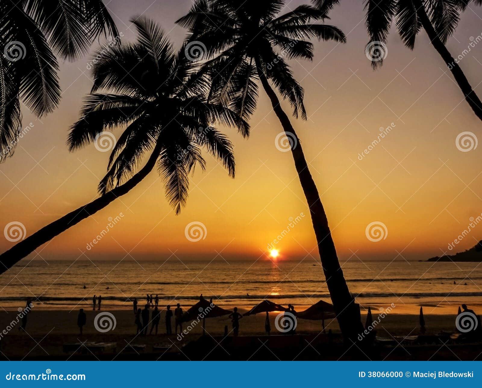 Mooie gouden zonsondergang op het strand, GOA, India