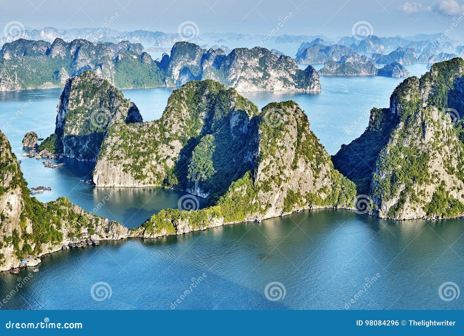 Mooie groene kalksteenbergen in halon baai