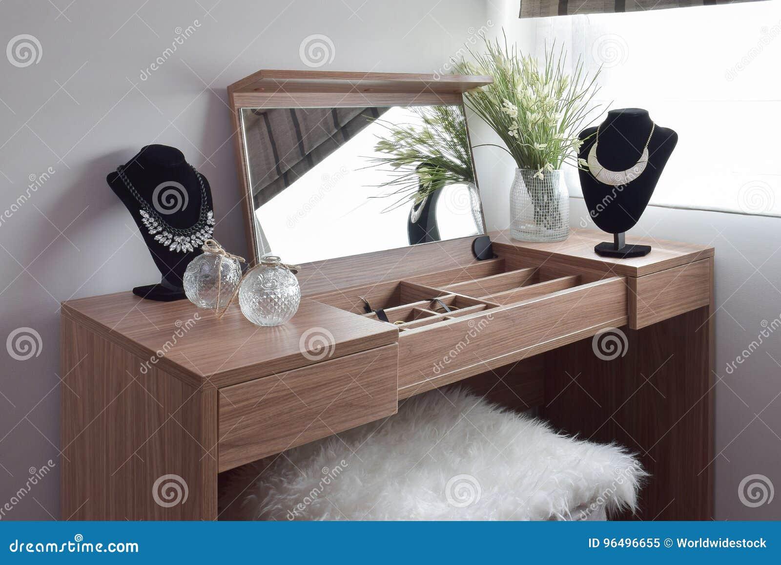 Mooie Halsbanden Op Houten Toilettafel En Thite Wollen Kruk Stock Afbeelding ...