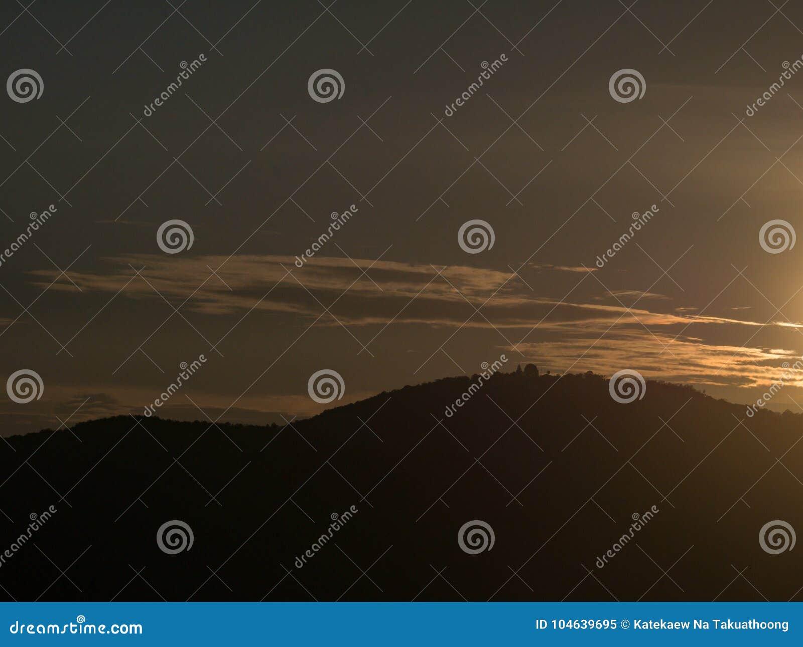 Download Mooie Hemel Met Bewolkte Berg Als Achtergrond En Silhouet Stock Afbeelding - Afbeelding bestaande uit ochtend, blauw: 104639695