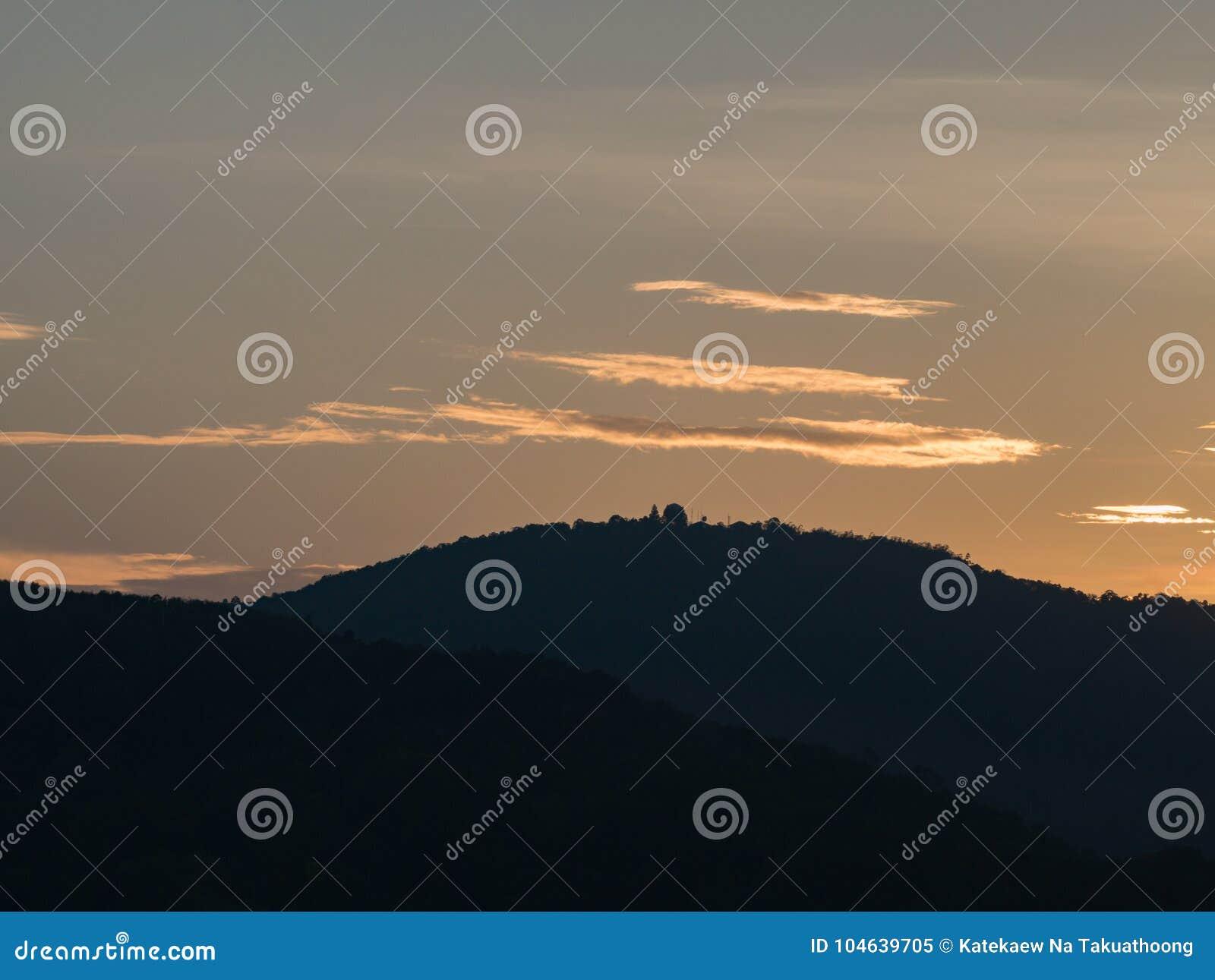 Download Mooie Hemel Met Bewolkte Berg Als Achtergrond En Silhouet Stock Afbeelding - Afbeelding bestaande uit cumulus, naughty: 104639705