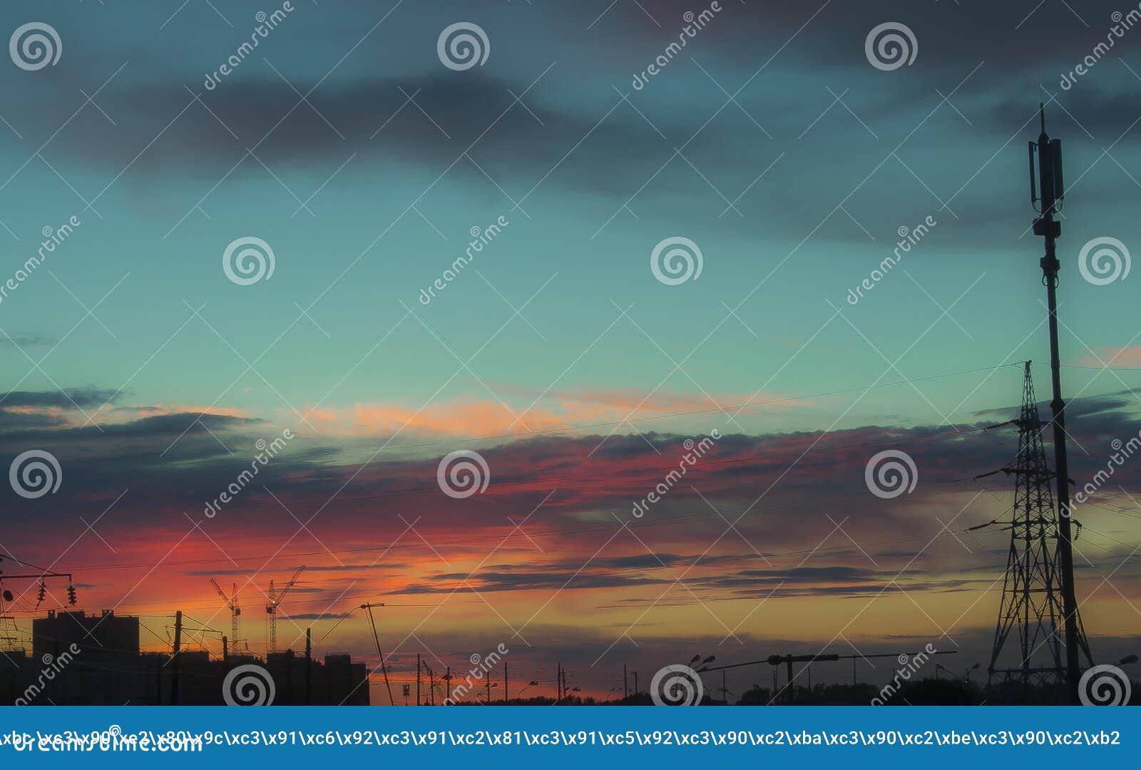 Mooie hemel met regenwolken over stadsachtergrond