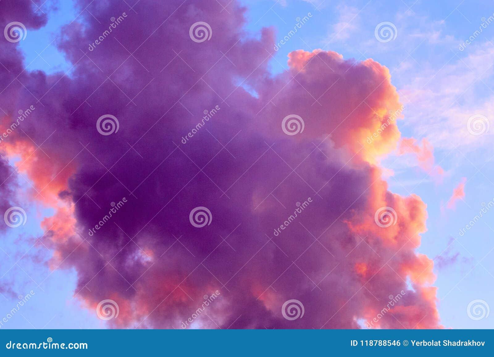 Mooie hemelachtergrond met purpere gekleurde wolken