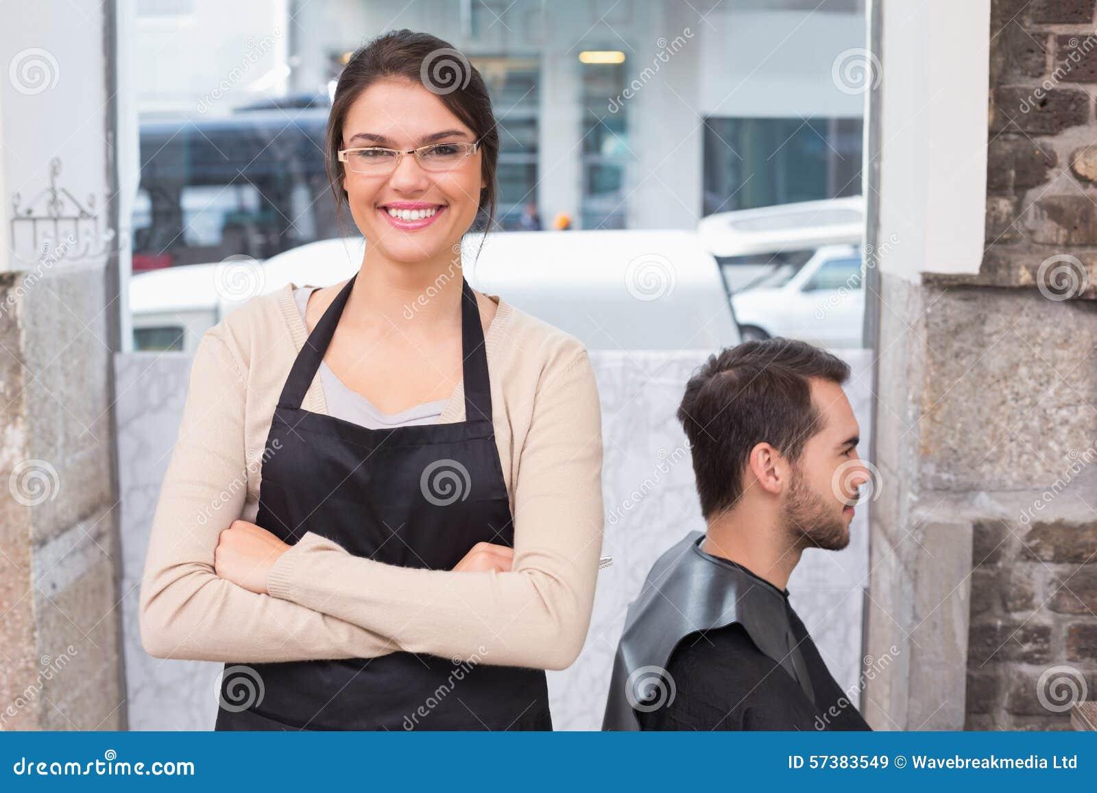 Mooie herenkapper die bij camera glimlachen