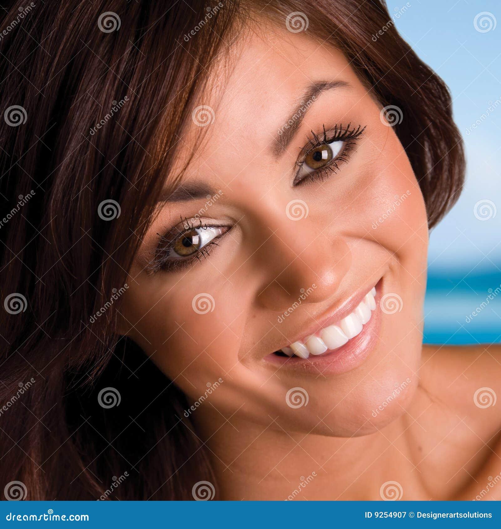Mooie het glimlachen brunette