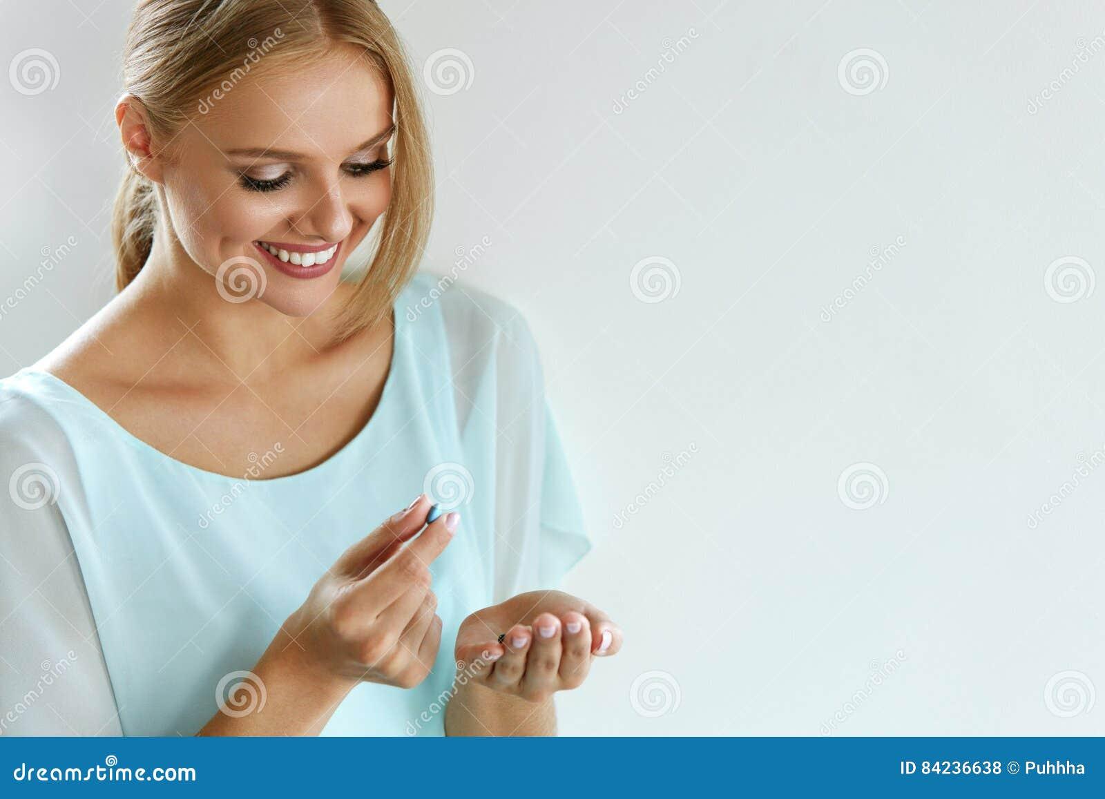 Mooie het Glimlachen de Vitaminepil van de Vrouwenholding ter beschikking gezondheid